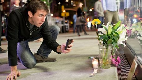 288213-steve-jobs-death-apple-store-new-york