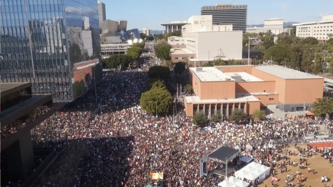la-me-aerial-footage-of-crowds-gathering-in-downtown-los-angeles-for-womens-march-video
